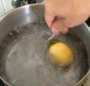 紐を1つ1つ結んだら、お鍋に沸騰させたお湯につけ熱湯消毒します。 大きさに合わせ10~15秒でいいという事です。
