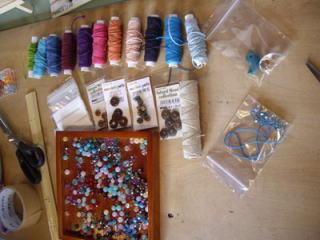 材料はカラフルなヘンプ糸と天然石。