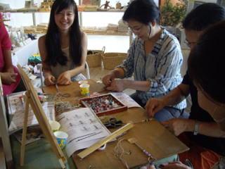 同じ材料を使っていますが、選ぶカラーと編み方によって 個性的な作品になります。