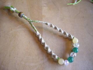 手作り大好きな参加者Sさんはとてもステキなグリーンのブレスレットに。癒し系のカラーが和みます。